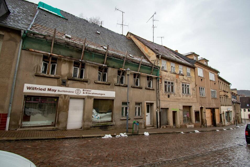 Gibt es Geld vom Freistaat, lässt die Stadt Roßwein fünf desolate Häuser an der Mühlstraße abreißen. Die beiden untersten Gebäude am Ende der Straße müssen auf Geheiß der Denkmalschutzbehörde stehen bleiben.