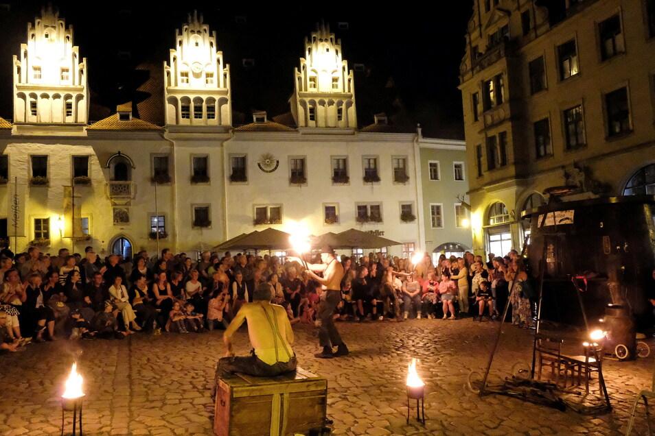 """""""Losst's es brennan!"""" hieß es am Samstagabend auf dem Marktplatz – bei der Feuershow, das das Theater Irrwisch bot."""