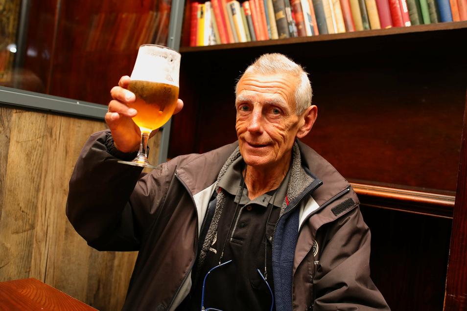 """Michael Robinson nimmt bei der Wiedereröffnung des Londoner Pubs """"The Toll Gate"""" das erste Bier zu sich."""