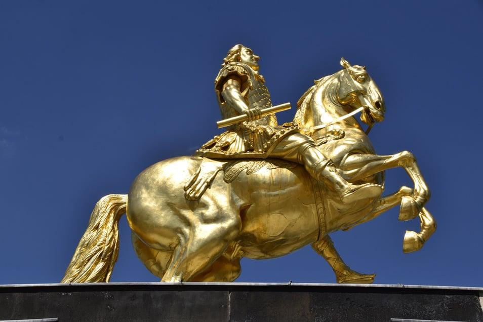 Auf den ersten Blick fehlt dem Goldenen Reiter nichts, bis auf sein Schwert an der linken Hüfte. Doch der Eindruck täuscht.