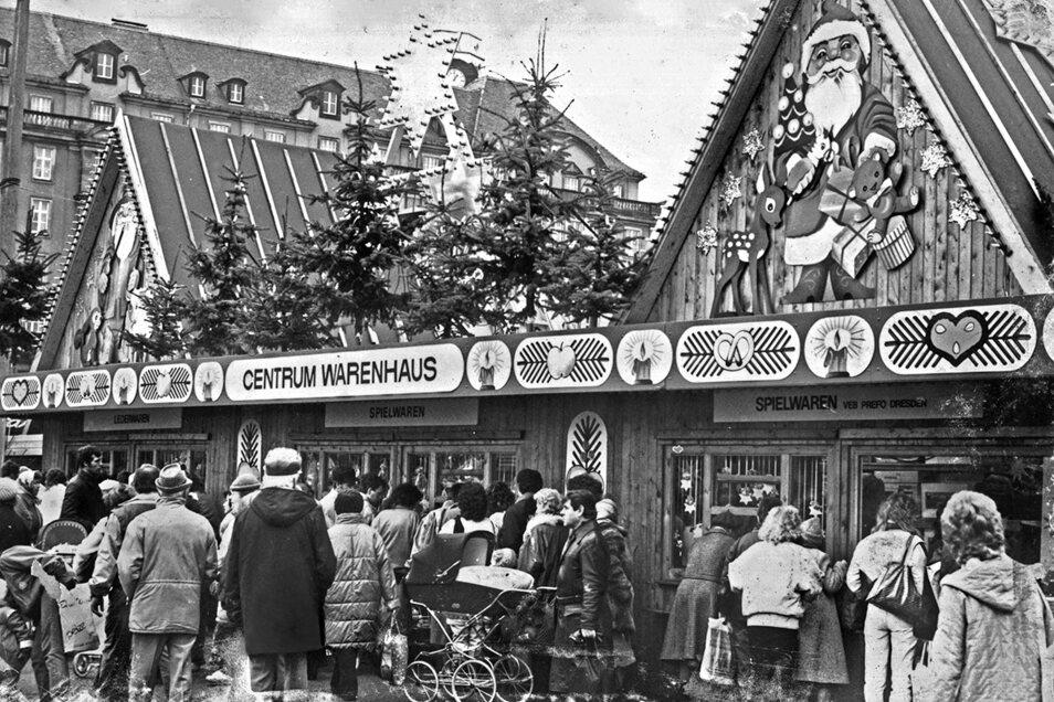 Wahrscheinlich Ende der 80er-Jahre: Ein Stand des CENTRUM-Warenhauses auf dem Striezelmarkt verkauft unter anderem Spielwaren.