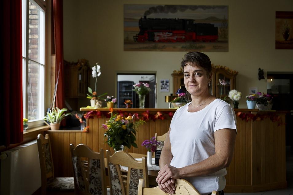 Sabine Fritzsche ist nicht nur Inhaberin der Gaststätte im alten Bahnhof Hagenwerder. Im Mai will sie in dem Gebäude einen Laden eröffnen