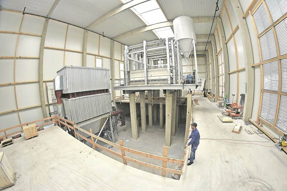 20 Meter hoch ist die neue Produktionshalle der Freitaler Glashütte. Im Sommer laufen hier die ersten Gläser und Flaschen vom Band.