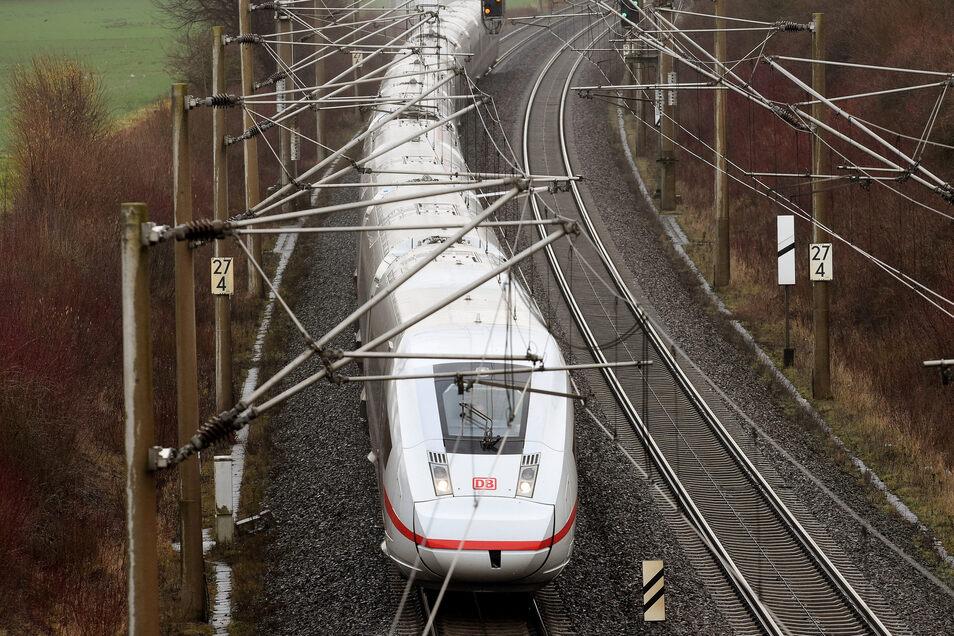 Ein ICE 4 der Deutschen Bahn kommt am kommenden Montag erstmals nach Dresden. Fahrgäste nimmt er allerdings nicht auf.