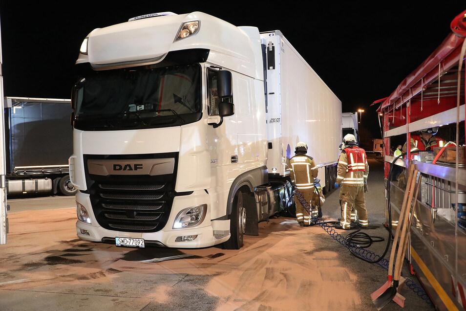Nach einem Unfall auf der A4 bei Dresden ist der Kraftstofftank eines Lasters ausgelaufen.