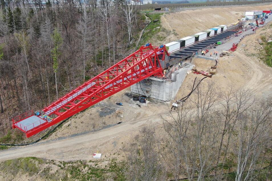 Und sie hat sich bewegt: Die Südumfahrung-Brücke übers Gottleubatal samt rotem Vorbauschnabel ist erstmal ein Stück verschoben worden. So wird hinten im Taktkeller (rechts oben) Platz für die nächsten Brückenteile.
