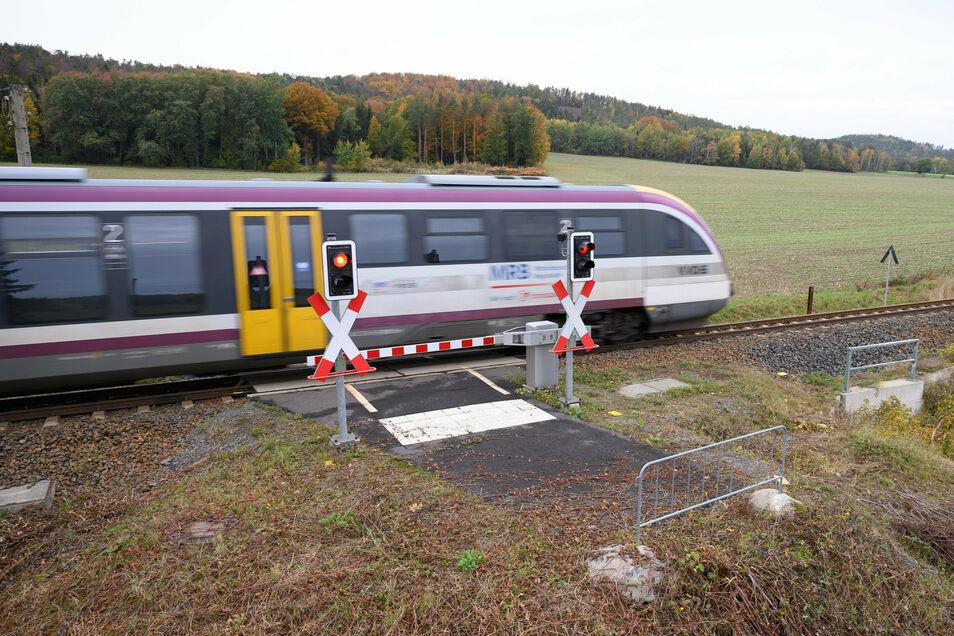 Ein Gitter steht an einem Bahnübergang in Kamenz für Radfahrer und Fußgänger mit einer automatischen Schrankenanlage. Der Radweg, der zum Übergang führen soll, existiert (noch) nicht.