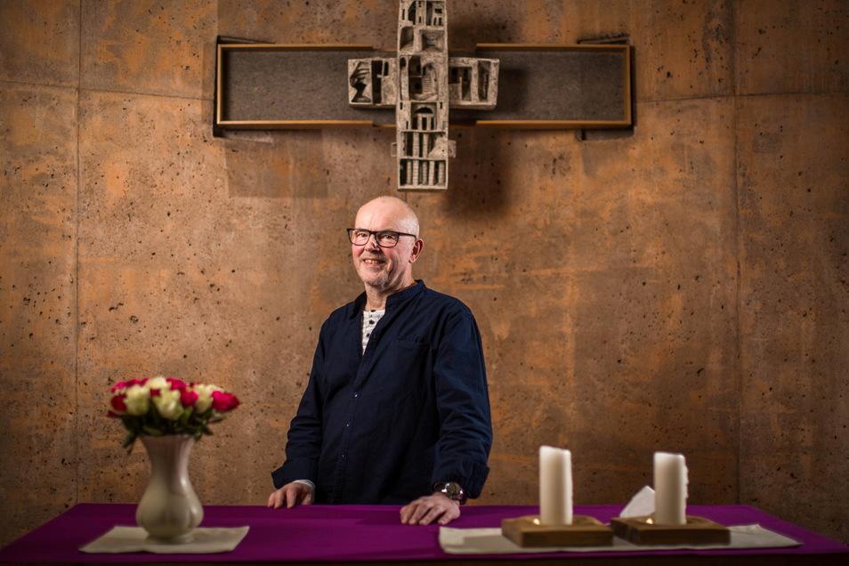 Pfarrer Christoph Behrens im Raum der Stille am Dresdner Uniklinikum. Gottesdienste und Andachten können hier zum Schutz vor Corona nur im kleinen Rahmen stattfinden.