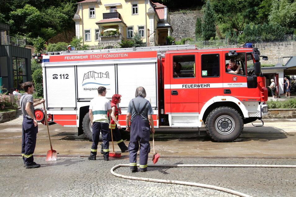 Aufräumen im Kirnitzschtal: Einsatzkräfte der Feuerwehr Königstein helfen in Bad Schandau, die Talstraße zu beräumen.