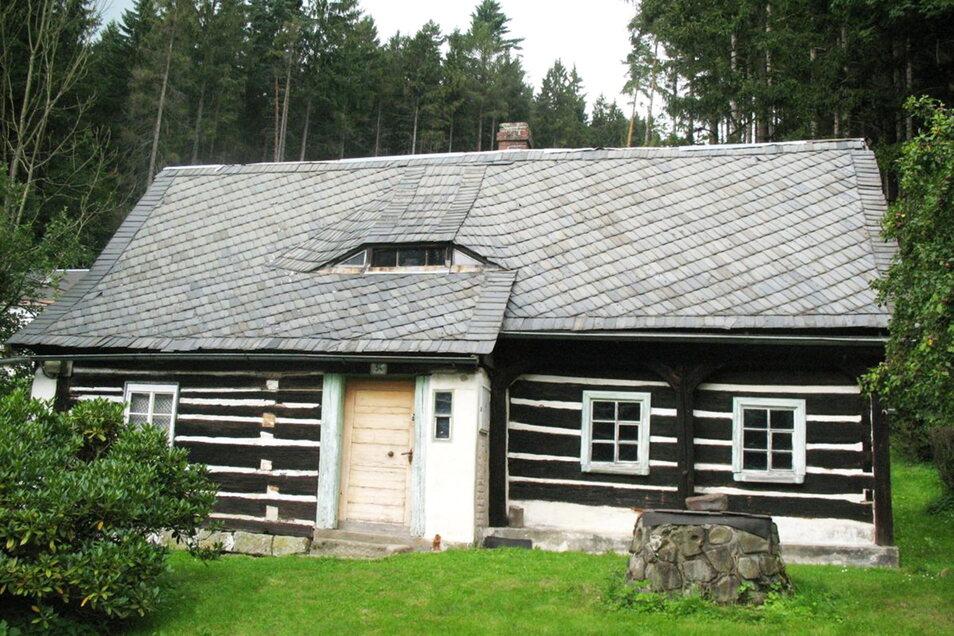 Dieses Haus im tschechischen Kopec unweit von Hinterhermsdorf soll erhalten werden. Dazu hat ein Verein jetzt ein besonderes Buch herausgegeben.