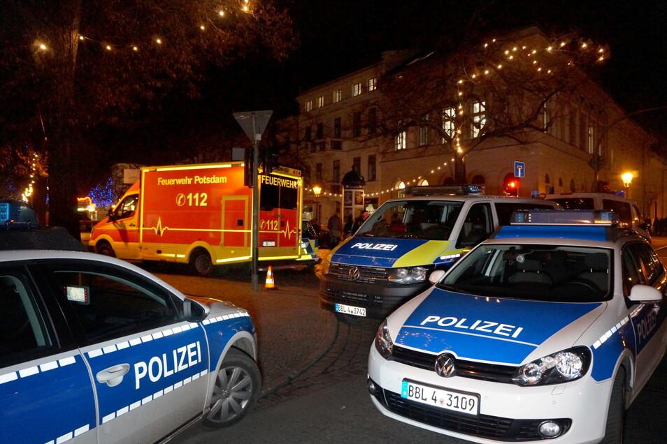 Polizisten sperren am 1. Dezember 2017 die Straßen um einen Weihnachtsmarkt in der Potsdamer Innenstadt ab.