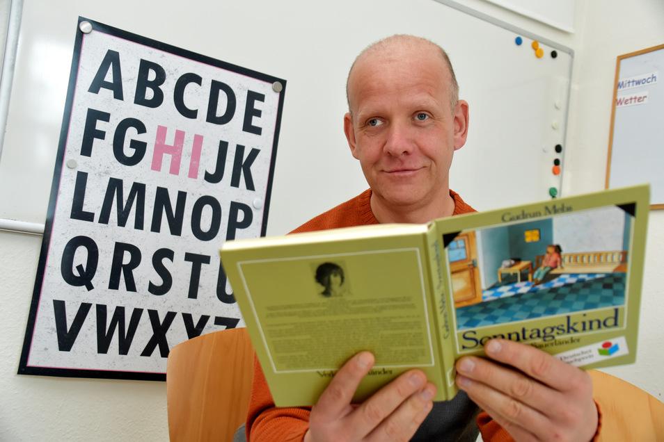 Jens ist stolz, dass er jetzt eines seiner Lieblingsbücher lesen kann. 44 Jahre war er Analphabet. Im abcd hat er lesen gelernt.