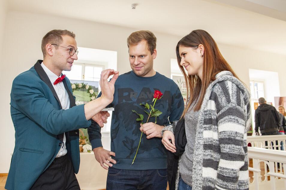 Zauberkünstler Florian Steinborn aus Dobra bietet seine Künste vor allem auf Hochzeiten an (hier bei der Zabeltitzer Hochzeitsmesse). Doch zur Zeit werden alle abgesagt.