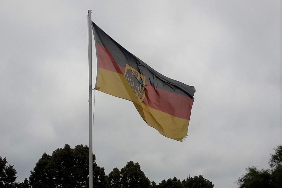 Aufregung unter der Flagge. Feuerwehren wurden in die Zeithainer Kaserne gerufen.