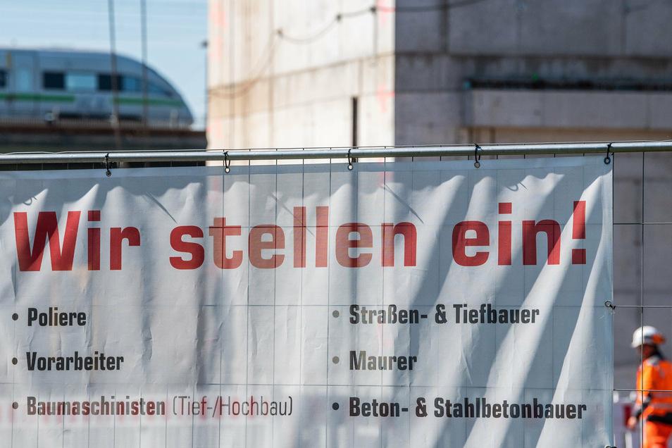 Jobangebote hängen an einem Bauzaun in Dresden.