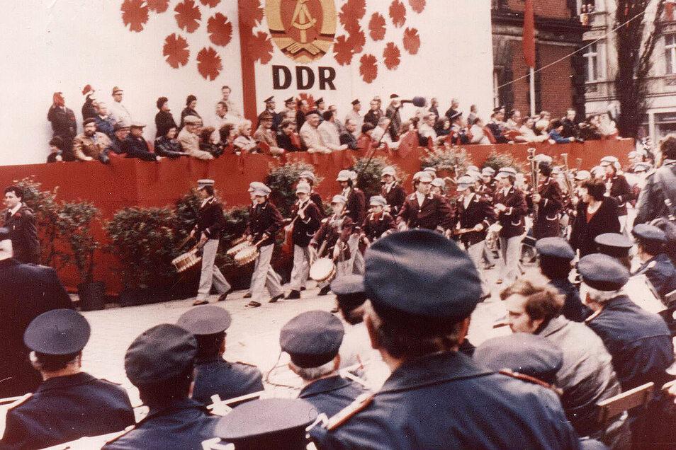 """Zum kulturellen Angebot des Feiertages gehörten dann stets ein Rummel auf der Elisabethstraße, eine Stadthallen-Veranstaltung und Platzkonzerte überall in Görlitz. 1989 zählte auch die Eröffnung einer """"Ständigen Ausstellung Görlitz 1945 bis jetzt"""" im Kais"""
