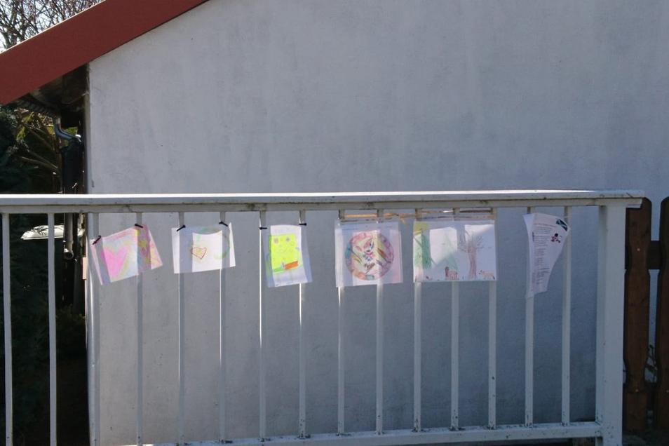 Und die Idee finden viele im Ort gut. An Brücken und Geländern entlang des Landwassers werden immer mehr Bilder aufgehangen.