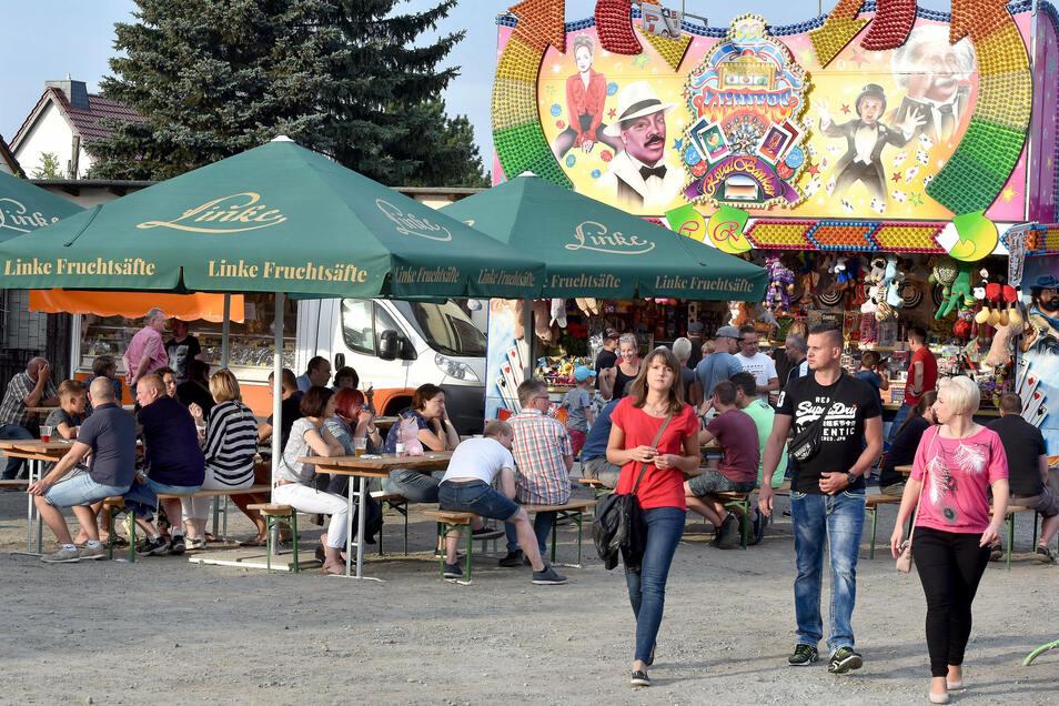 Entspannt schlenderten die Besucher über den Festplatz.