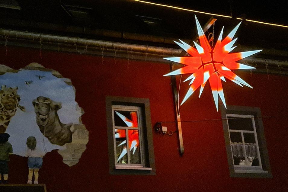 So schön leuchtet der Riesen-Herrnhuter in der Dunkelheit. Viele Neugierige zieht es vor Weihnachten an das Weihnachtshaus