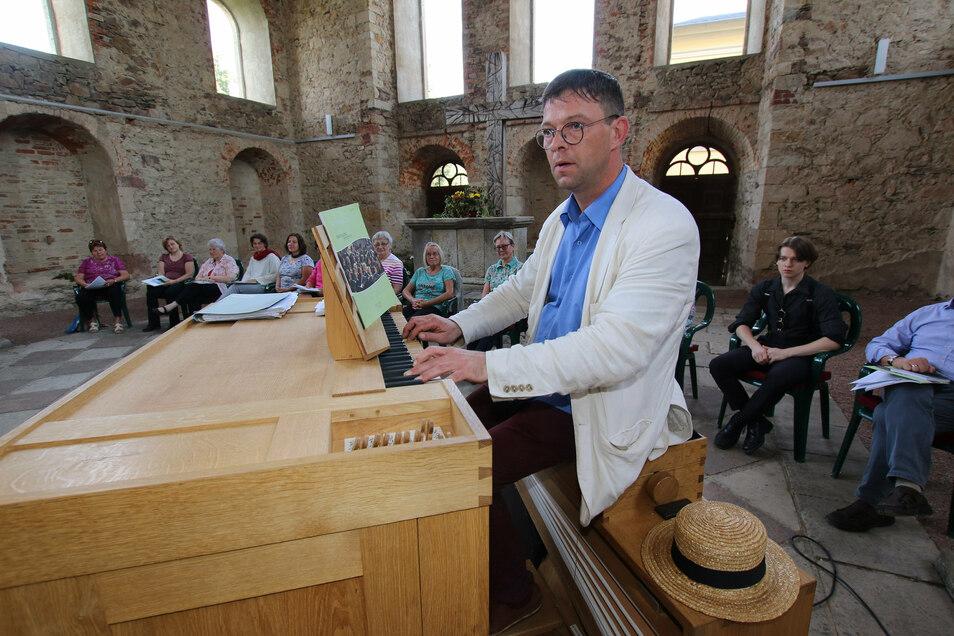 Kantor René Michael Röder hatte seine transportable Orgel in der Sommerkirche in Mochau aufgebaut. Die Kirche hatte im vergangenen Jahr ein Notdach erhalten, das die Umfassungsmauern vor dem weiteren Verfall bewahrt.