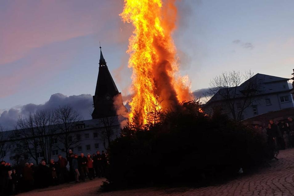 Eine Impression von einem früheren Weihnachtsbaum-Brennen bei der Stadtteilfeuerwehr Riesa-Mitte; im Hintergrund die Trinitatiskirche.
