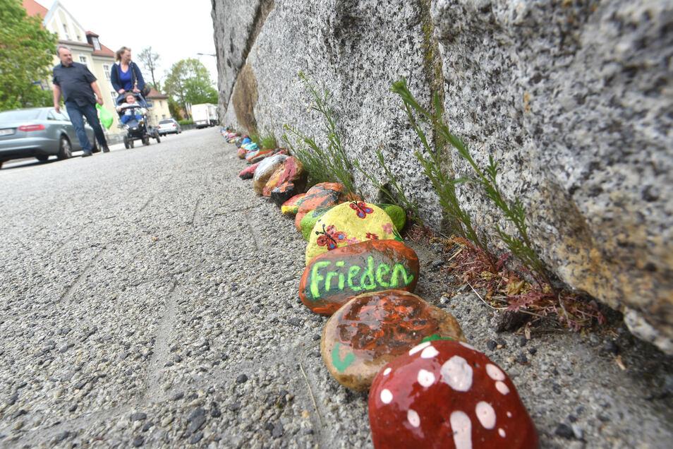 Auch auf der Brücke der Jugend in Löbau gibt es jetzt eine bunte Steinschlange.
