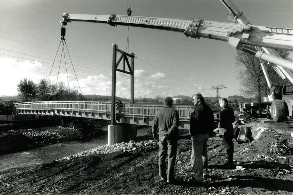 Die baulichen Veränderungen vor Beginn der Landesgartenschau waren enorm. Hier eine Aufnahme von der Montage einer der zwei Brücken über die Mandau.