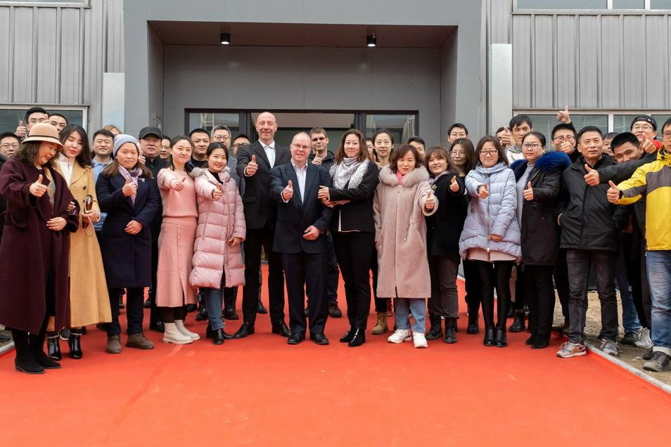 Der Oppacher Maschinenbauer ATN feierte in China kürzlich sein zehnjähriges Bestehen. Mit dabei: China-Chef Uwe Haase (im Anzug Mitte vorn) und André Pusch (links dahinter).