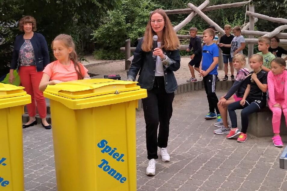 Die Vorsitzende des Fördervereins Helena Musall übergab die Spieletonnen am Dienstag an die Grundschüler.