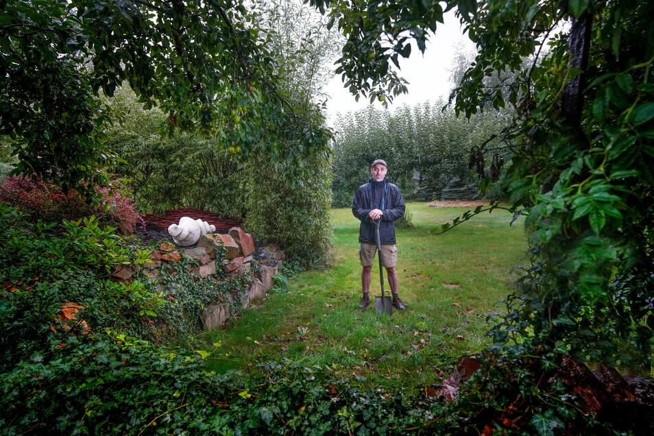 Der Gärtner freut sich über Regen: Jens Ossada in seinem Garten.