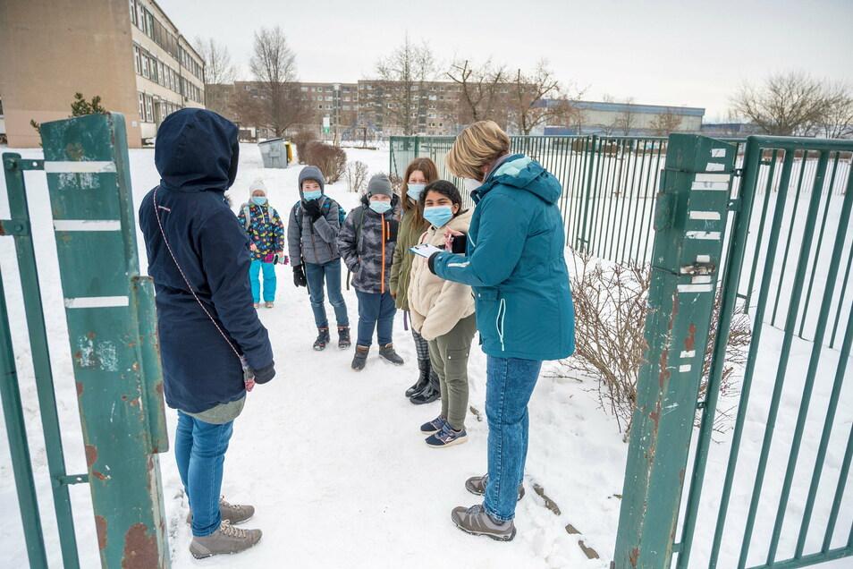 Zum Schulschluss geben Lehrer an der 4. Grundschule am Montag nach festgelegtem Plan die Kinder wieder an die Eltern ab.