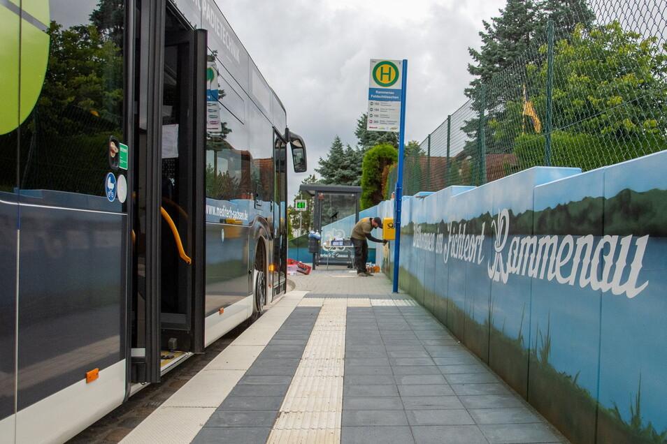"""Wer in Rammenau an der Haltestelle Feldschlösschen aus dem Bus steigt, wird jetzt mit dem Schriftzug """"Willkommen im Fichteort Rammenau"""" begrüßt."""