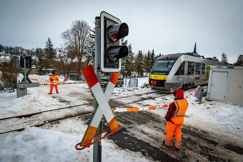 Solange die Bahnschranke am Übergang Fabrikstraße in Tragnitz nicht repariert ist, müssen Mitarbeiter beinahe im Halbstundentakt den Übergang sichern und eine Art Absperrband spannen.