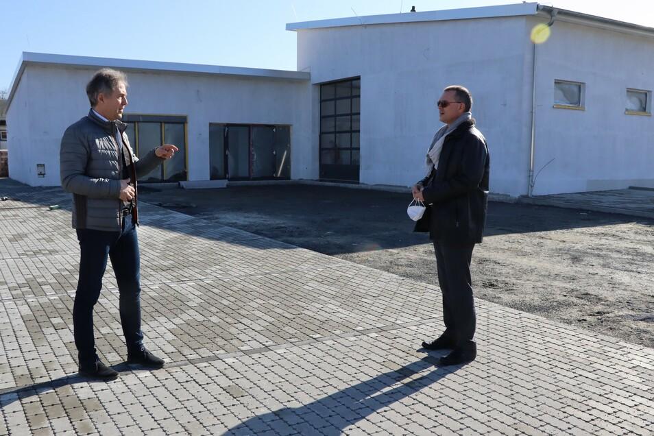 Sieht unscheinbar aus, ist aber wichtig für den Ort: Der Gröditzer Bürgermeister Jochen Reinicke (l.) zeigt Landrat Ralf Hänsel den Neubau des Feuerwehrgerätehauses im Ortsteil Nauwalde.
