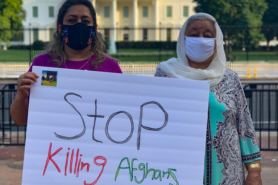 Eine Mutter und ihre Tochter haben sich mit Hunderten anderer Afghanen zusammengeschlossen, um die Übernahme ihrer Heimat durch die Taliban anzuprangern und die internationale Gemeinschaft zum Handeln aufzufordern, um das Leben der Menschen in Afghanistan