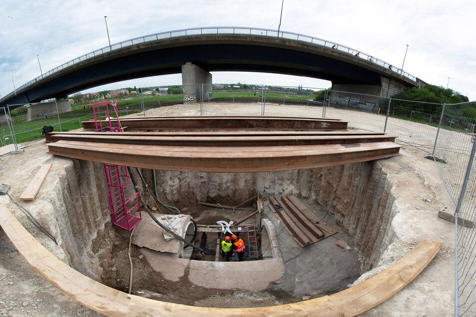 Noch ist die Lücke des Abwassertunnels in der Baugrube neben der der Flügelwegbrücke zu sehen. Mittlerweile ist sie bereits verschwunden.