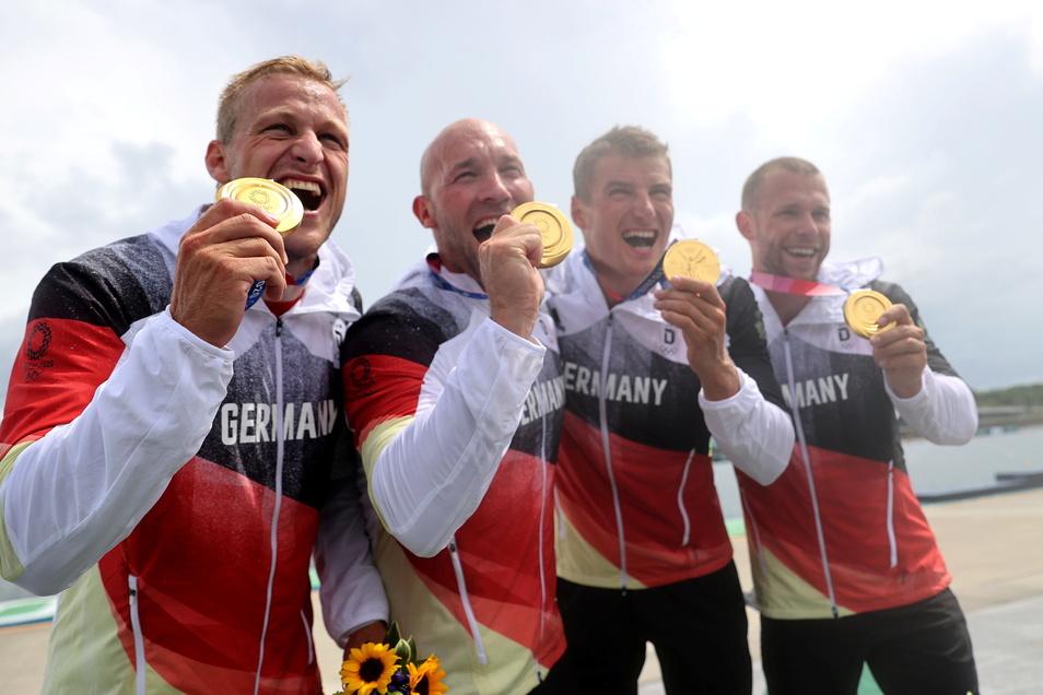 Der deutsche Kajak-Vierer krönt sich einmal mehr zum Olympiasieger - mit Max Rendschmidt, Ronald Rauhe, dem Dresdner Tom Liebscher und Max Lemke (von links).