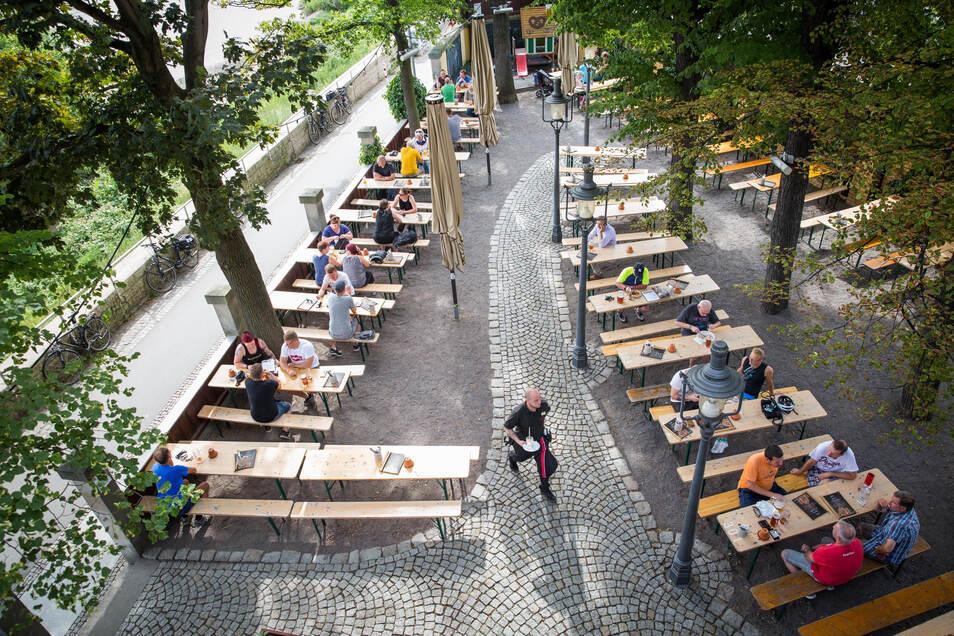 Dresdner Gastronomen sollen für ihre Außensitze jahrelang von Gebühren befreit werden, fordert ein Politiker.
