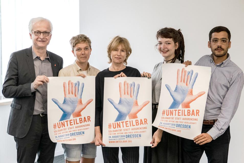 Schauspielerin Corinna Harfouch (m.) und die Mitglieder des Organisationsteams der #unteilbar-Demo zeigen bei einem Pressegespräch vor der bundesweiten Demonstration ihre Plakate.