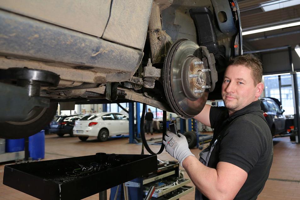 Mechaniker Daniel König freut sich auf seine Kunden und verspricht beste Autohaus-Dresden-Qualität.