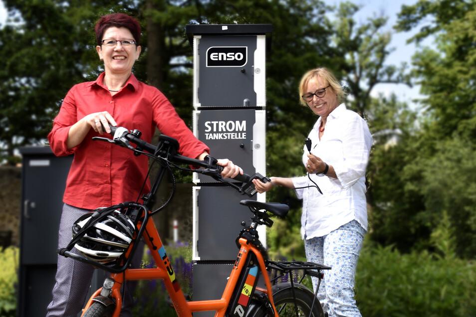 Steffi Kaufmann (li.) von der Enso und die Leiterin des Schlossmuseums Katja Altmann haben die neue E-Bike Ladestation im Schlosspark Klippenstein in Betrieb genommen.