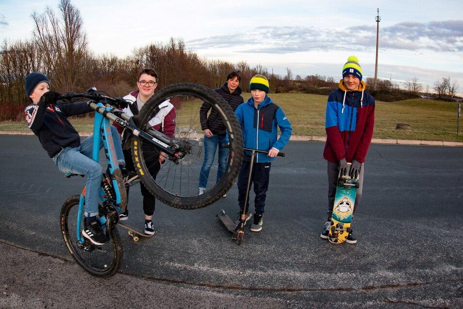 Jenny Leisker (hinten) und mehrere Kinder sowie Jugendlichen sind Anfang 2021 auf die Idee eines Skaterparks gekommen. Der Plan geht voran.