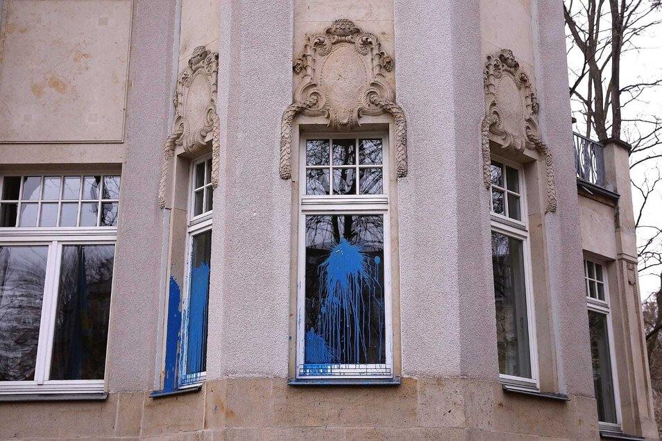 Fenster und Fassade wurden mit blauer Farbe beworfen.