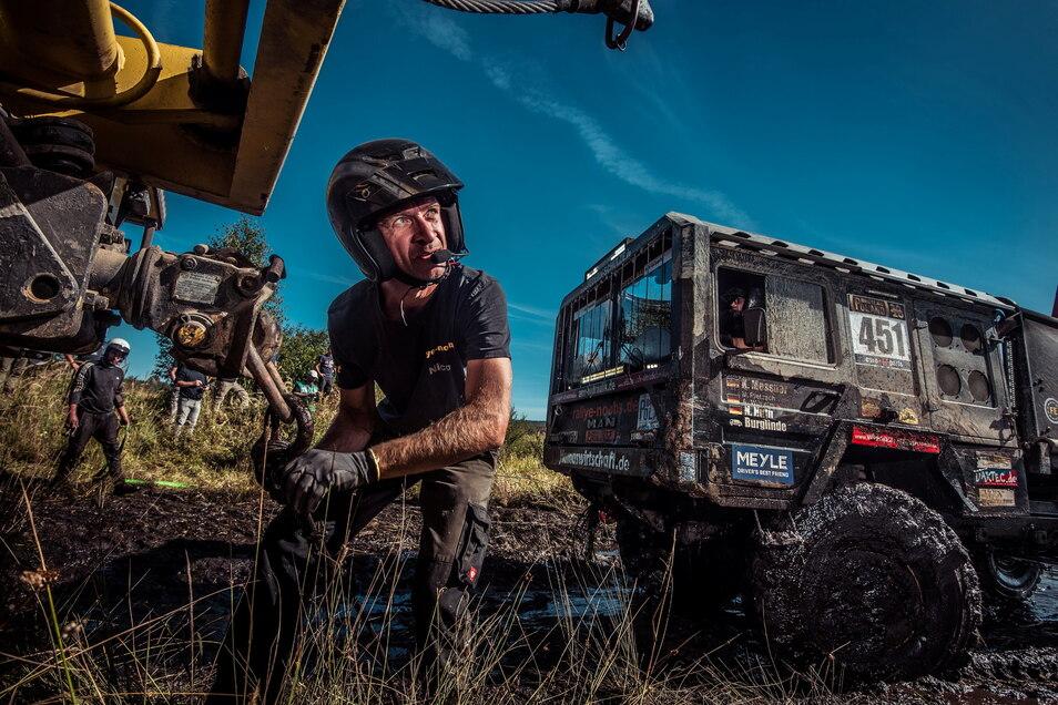 Nico Huth befestigt die Seilwinde an einem Service-Truck.