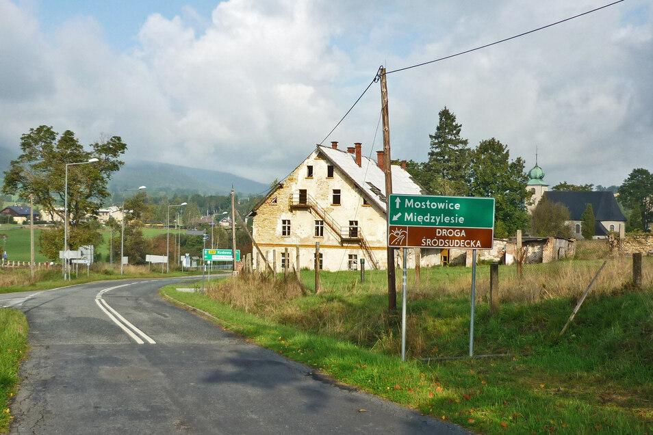 Im Habelschwerdter Gebirge - einem Teil der Sudeten gibt es schon einen Teil der Sudetenstraße (braunes Schild).