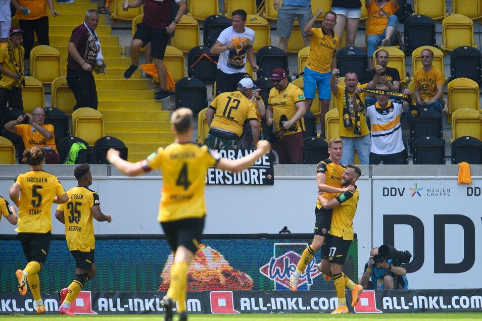 Christoph Daferner jubelt nach seinem Tor zum 1:0 mit Morris Schröter und dem Rest der Mannschaft.