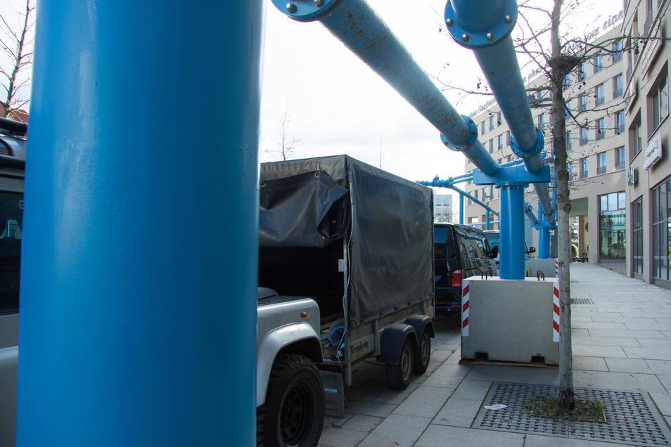 Über diese blauen Leitungen wird das Wasser aus der Baugrube am Postplatz abgepumpt.