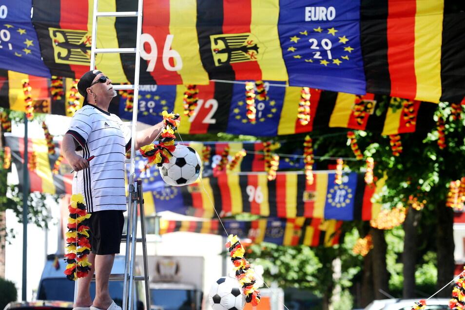 Der fußballverrückte Achim Klimmeck aus Essen hat zur Europameisterschaft die Straße mit über 500 Fahnen geschmückt.