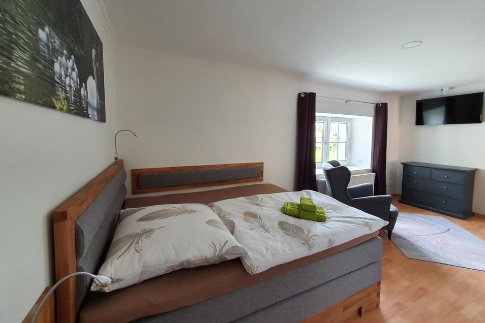 Jedes der vier Schlafzimmer im neuen Gästehaus folgt einem eigenen Thema. Das Schwanenzimmer etwa orientiert sich in Wandgestaltung und Wäscheauswahl an dem großen Wasservogel.