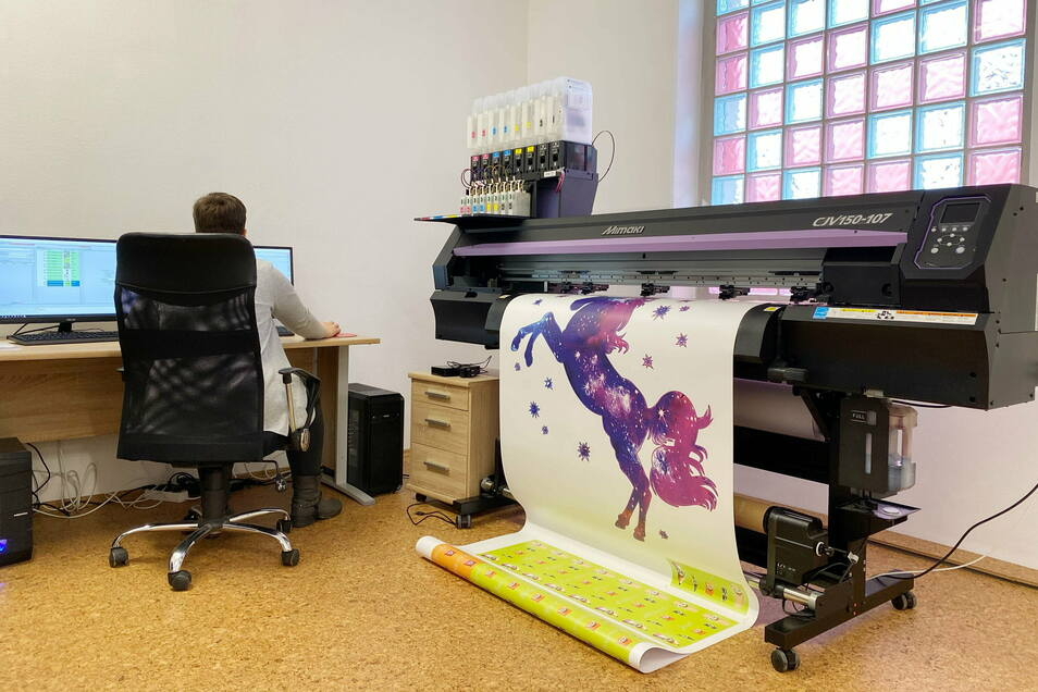 Über 200 Wandtattoos in sechs verschiedenen Größen stellt Nicole Schulz auf ihrem Digitaldrucker her.